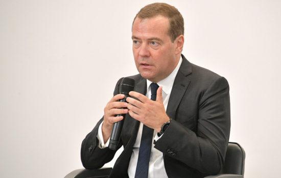 Дмитрий Медведев пообещал упростить участие малого бизнеса в госзакупках