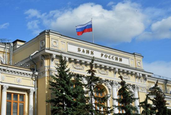 Госбанки тоннами вывозят золото из России