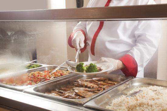 Президент: Бесплатное горячее питание должны получать учащиеся всех школ РФ