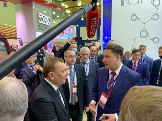 Юрий Борисов посетил стенд компании
